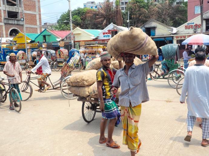 土嚢を運ぶ男性