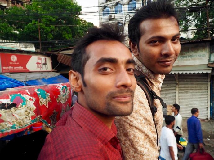 馬車に乗って帰宅する途中のバングラデシュ男性