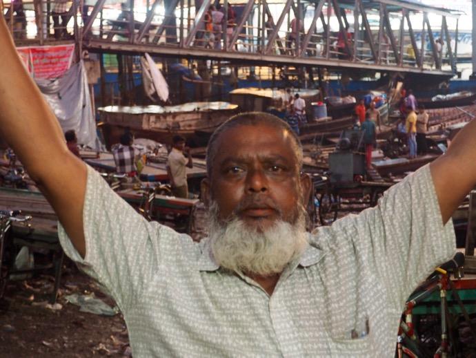 腕を上げるバングラデシュの男性