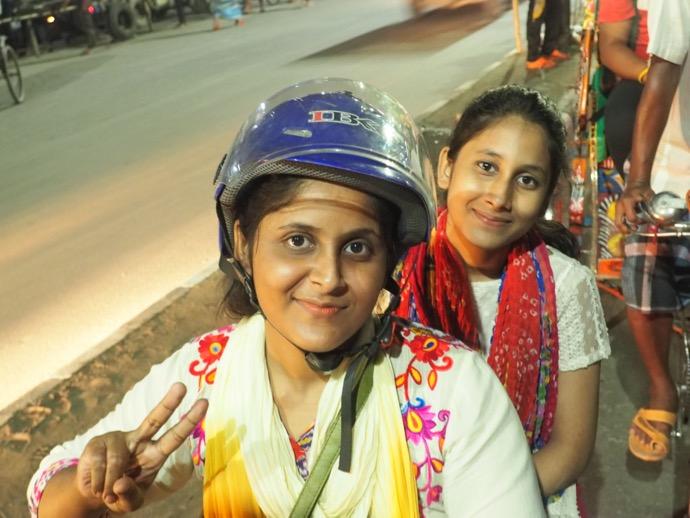 バングラデシュのバイク女性