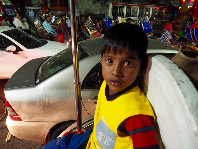 真顔のバングラデシュ少年