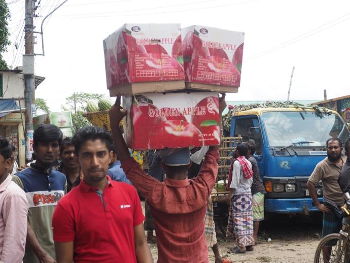 りんご箱3ケースを運ぶ男性