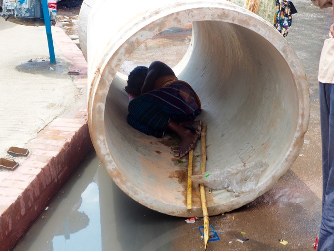 土管で眠る男性