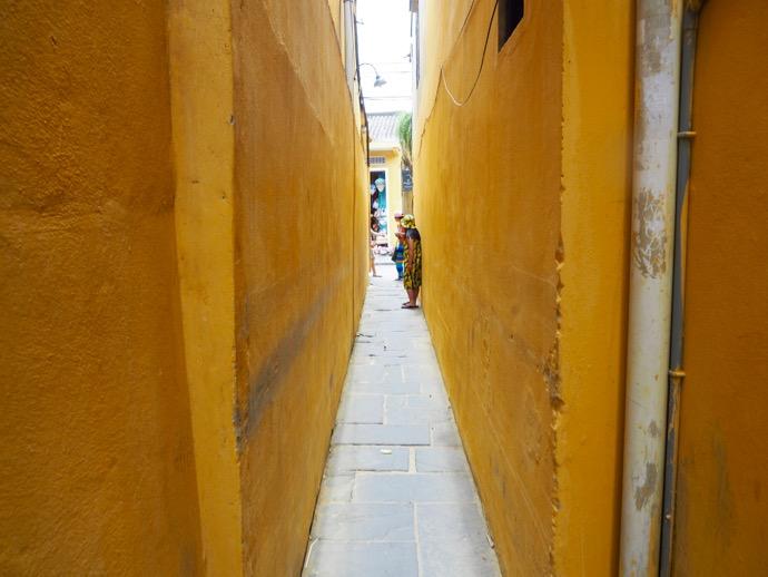 イエロー壁の狭い路地