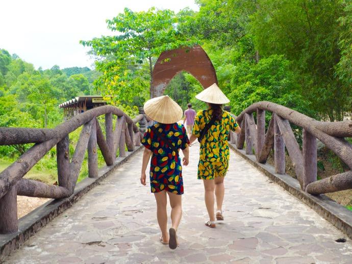 色違いの民族衣装の少女たち