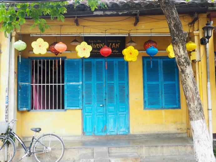 ボンボリが飾られた軒先