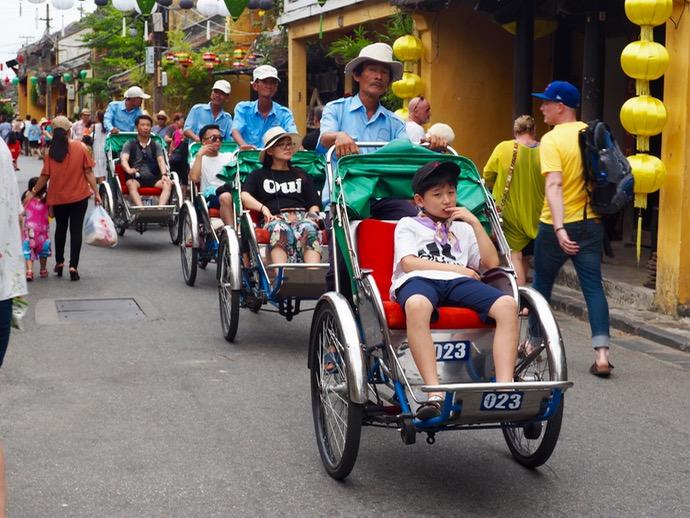 ホイアン旧市街のを走る人力車シクロ