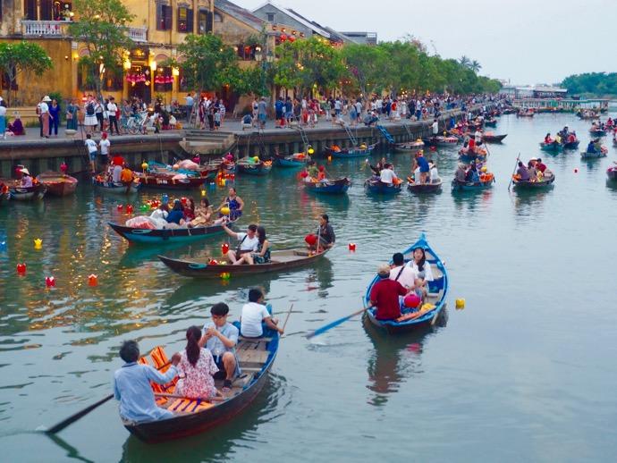 トゥボン川でボート遊びをする人々