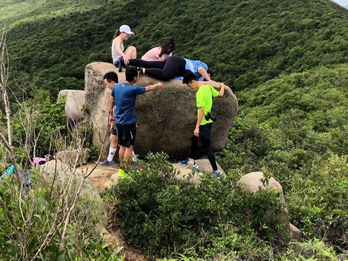 ドラゴンズバックの岩を登る若者たち