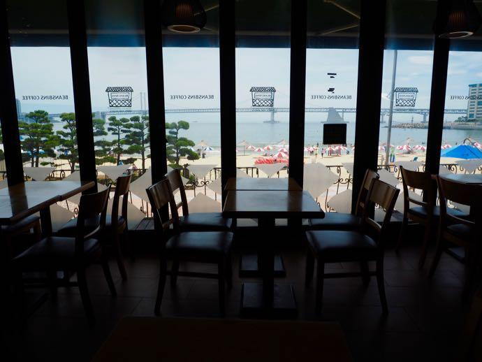 海が見える窓際席