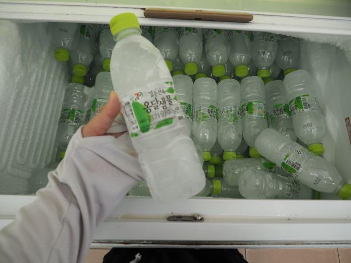 キンキンに凍ったペットボトルの水