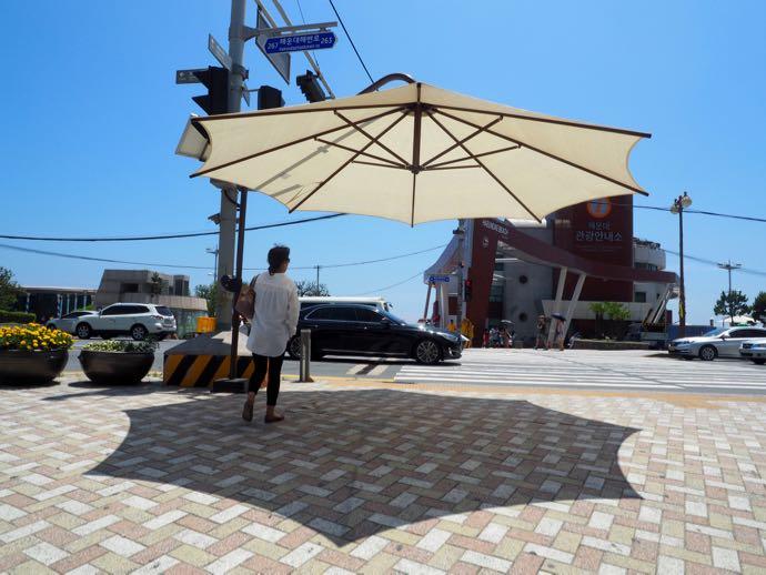 横断歩道にも日傘
