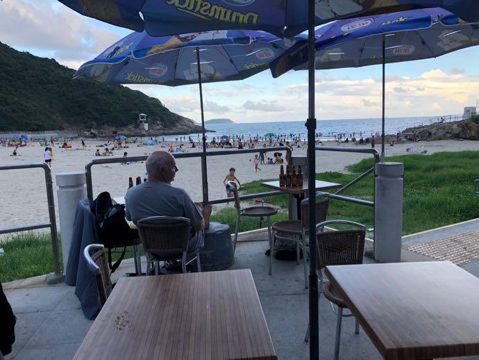 大浪湾ビーチの海沿いのカフェへ