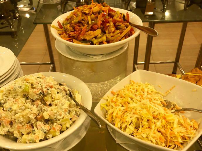 プライオリティパスで無料 ダッカ国際空港 BALAKA EXECUTIVE LOUNG野菜ゴロゴロサラダ