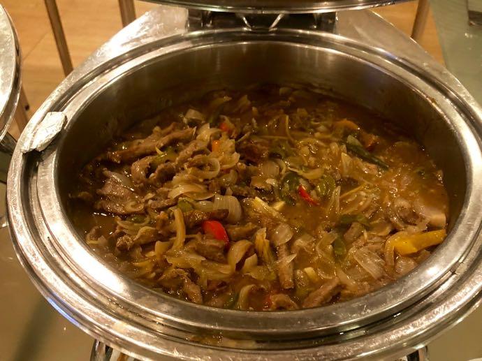 プライオリティパスで無料 ダッカ国際空港 BALAKA EXECUTIVE LOUNGの牛肉チリ炒め