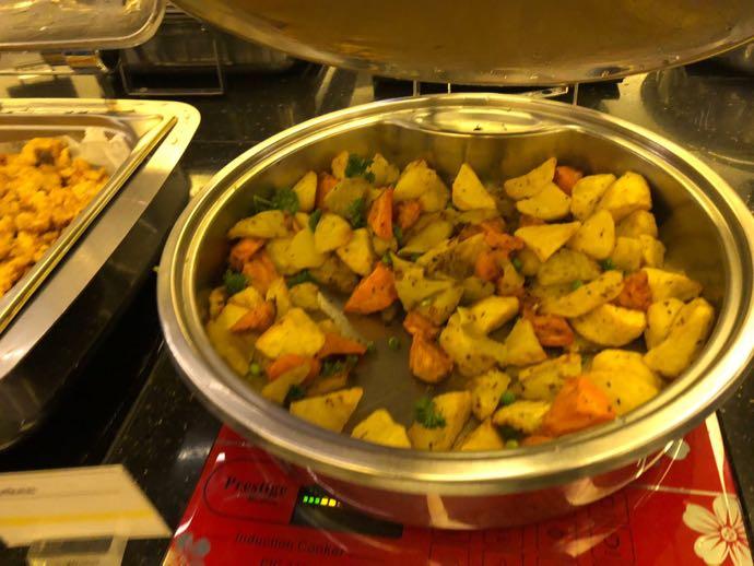 ダッカ・ハズラット・シャージャラル国際空港 DAC SKY LOUNGE プライオリティパスで無料 ポテトと野菜