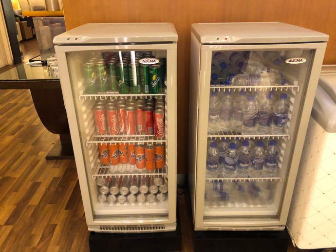 ダッカ・ハズラット・シャージャラル国際空港 DAC SKY LOUNGE プライオリティパスで無料 ソフトドリンクは冷蔵庫から