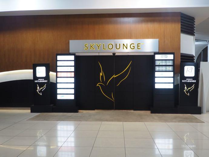 ダッカ・ハズラット・シャージャラル国際空港 DAC SKY LOUNGE プライオリティパスで無料 入り口の黒い自動ドア