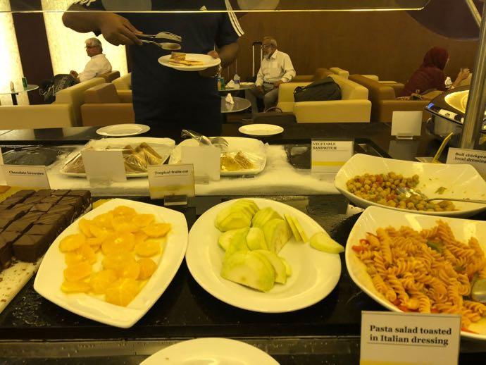 ダッカ・ハズラット・シャージャラル国際空港 DAC SKY LOUNGE プライオリティパスで無料 お惣菜コーナー