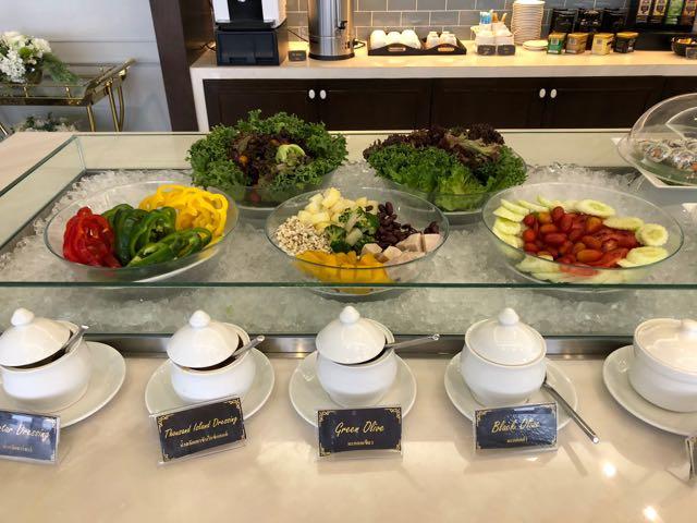 バンコク・ドンムアン国際空港 THE CORAL EXECUTIVE LOUNGE プライオリティパスで無料 サラダ