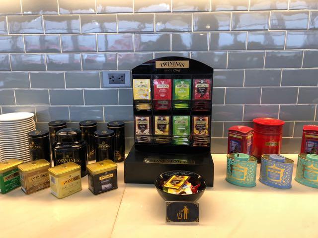 バンコク・ドンムアン国際空港 THE CORAL EXECUTIVE LOUNGE プライオリティパスで無料 紅茶が並ぶ