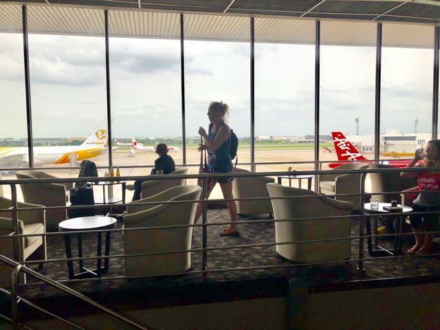 バンコク・ドンムアン国際空港 MIRACLE LOUNGE プライオリティパスで無料 飛行場ビュー