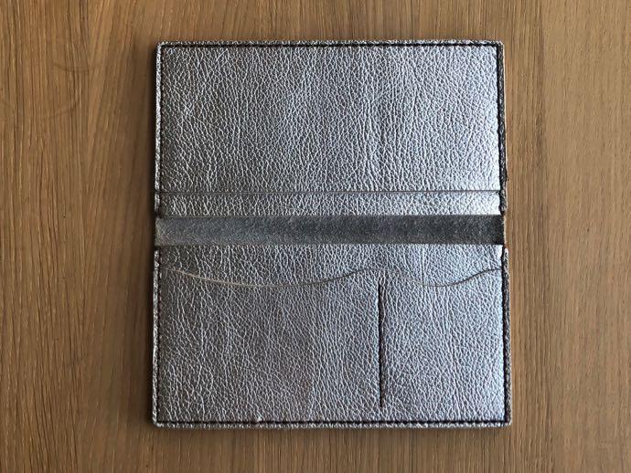 シルバーのレザー長財布の中身