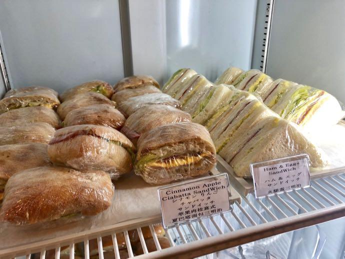 釜山 金海国際空港 KAL LOUNGE おすすめ プライオリティパスで無料 おいしそうなサンドイッチ