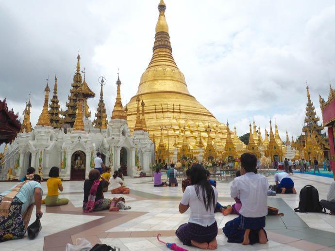 シュエダゴン・パゴダで祈る人々