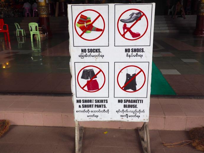 シュエダゴン・パゴダの土足禁止の看板