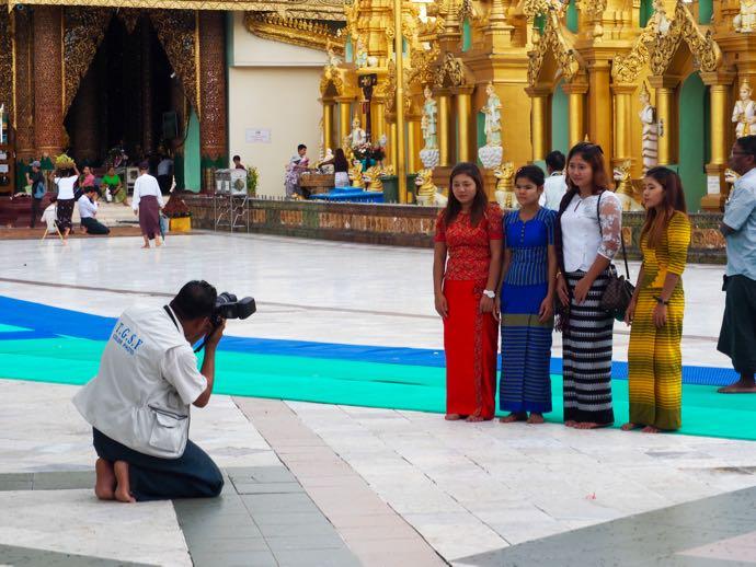 写真撮影する女の子たち