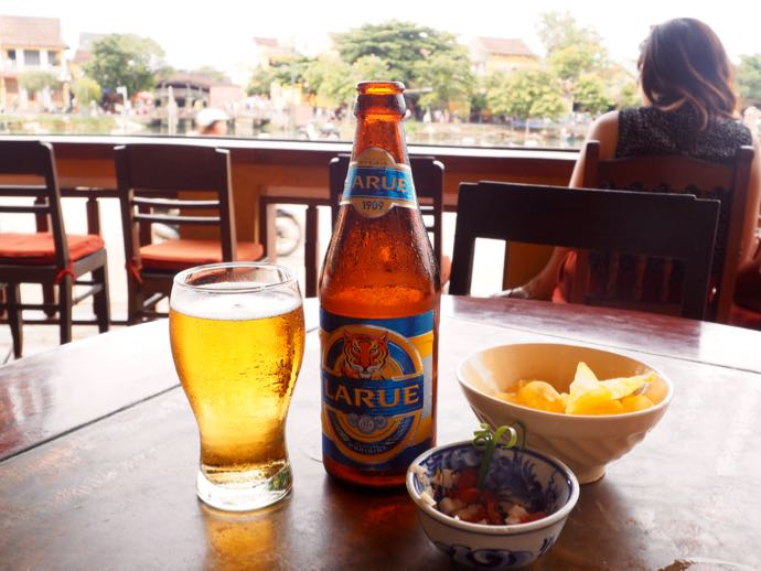 テラスで飲む瓶ビール