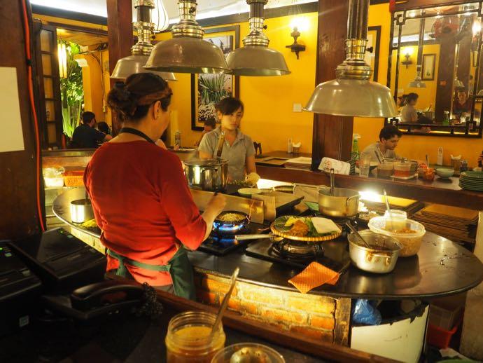 オープンキッチンで調理する女性二人