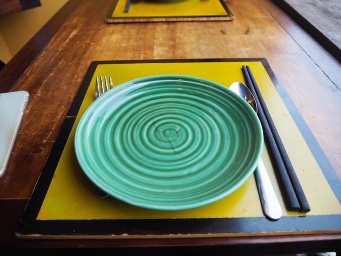 グリーンのお皿と黄色いランチョンマット