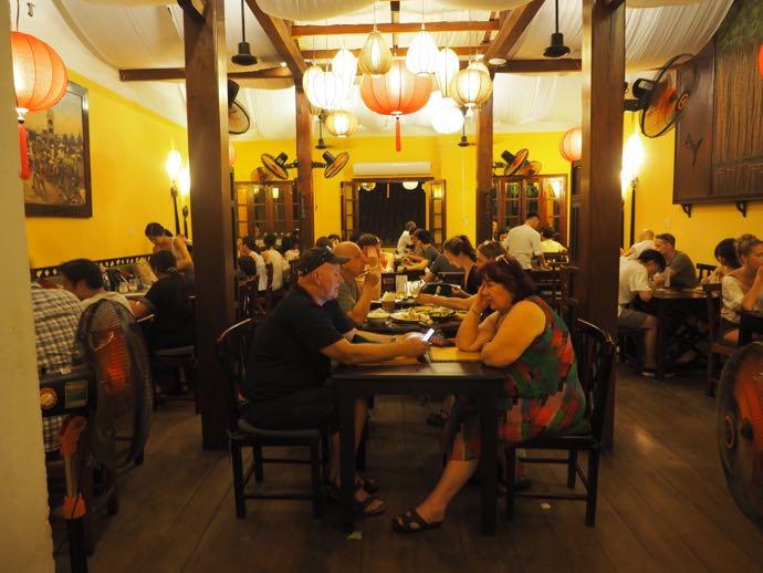 ほぼ満席のレストラン