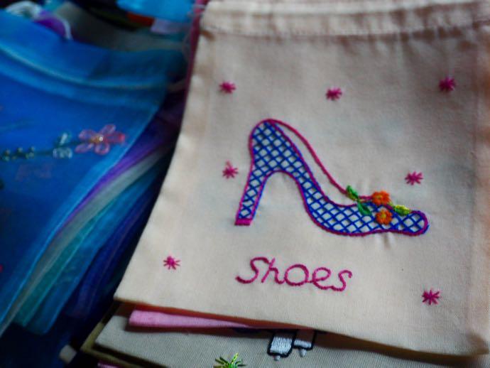 靴の刺繍がついた巾着袋