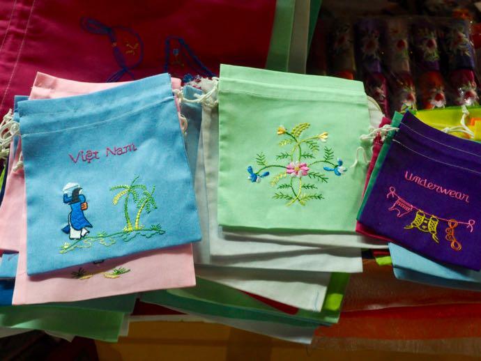 刺繍の巾着袋