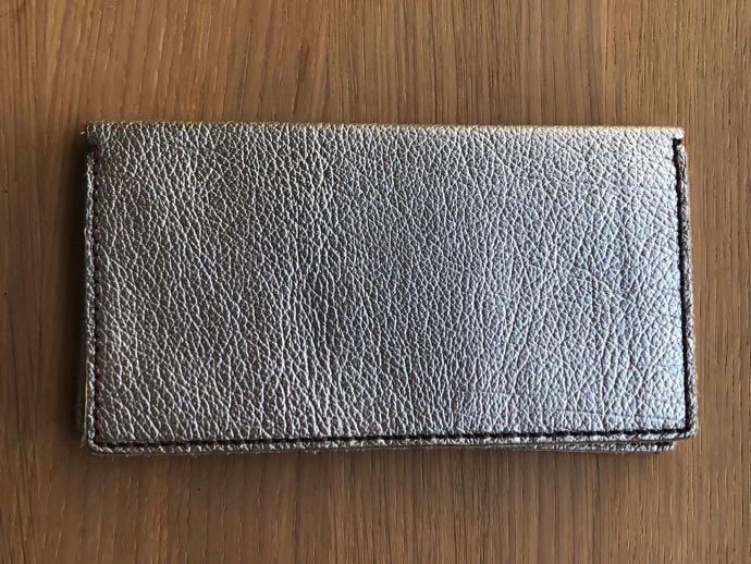 シルバーのレザー長財布