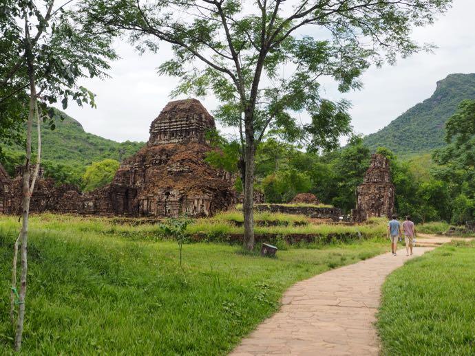 遺跡を歩く観光客