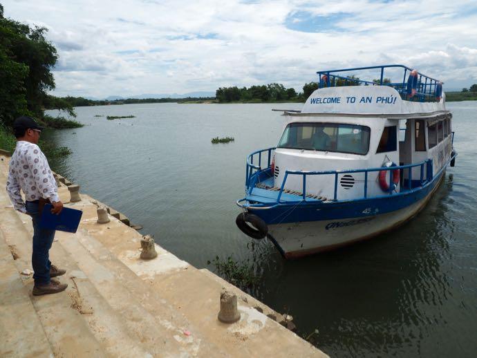 ボートに乗りこむ人々