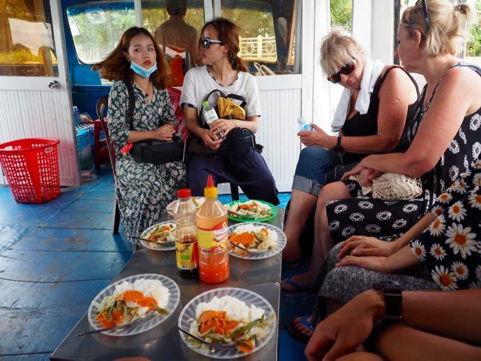 質素な食事にテンション下がる女性陣