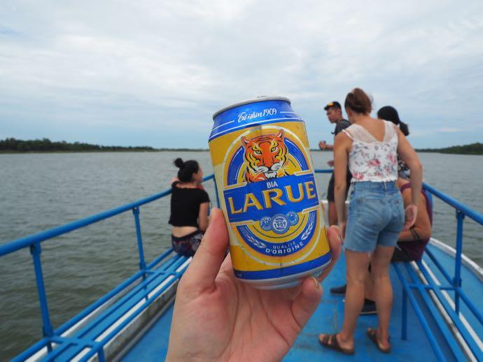 船上で飲むLARUEビール