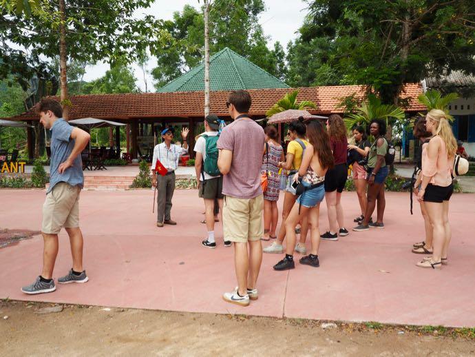 ガイドさんに集まる観光客