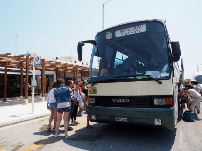フィラ行きのバスにスーツケースを積む人々