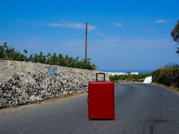 ホテルまでの田舎道と赤いスーツケース