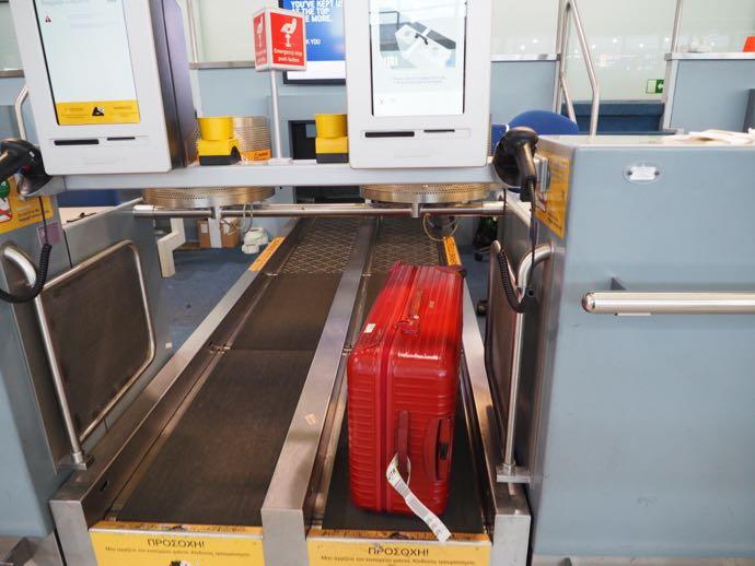 スーツケースをベルトコンベアーで預ける