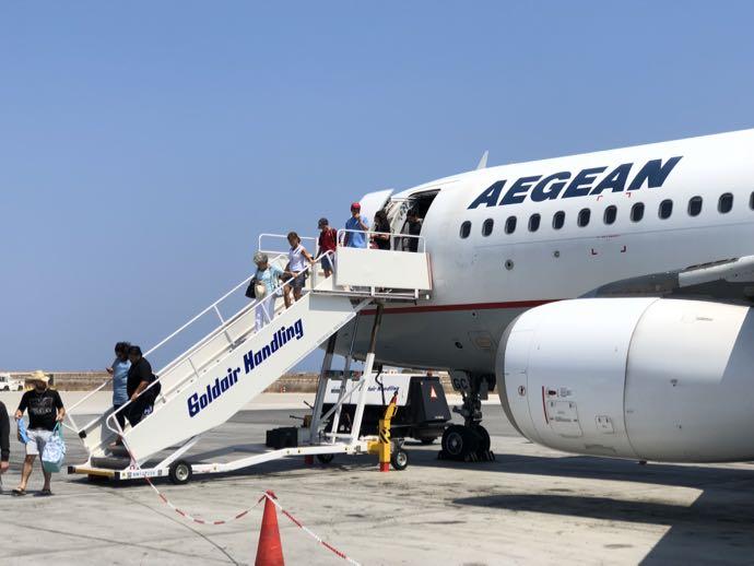 航空機からおりる乗客たち