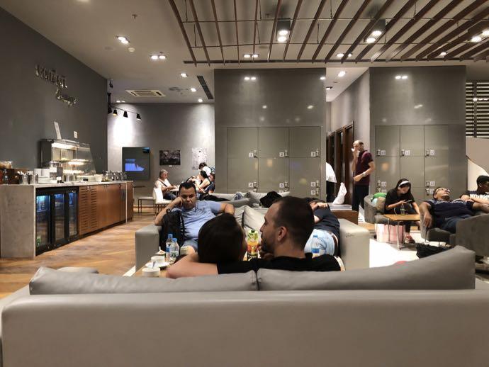 Comfort Lounge イスタンブール アタテュルク国際空港 プライオリティパスで無料 ラウンジ おすすめ ソファで寛ぐカップル
