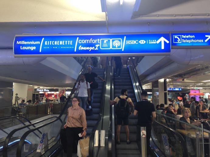 Comfort Lounge イスタンブール アタテュルク国際空港 フードコート内のエスカレーター