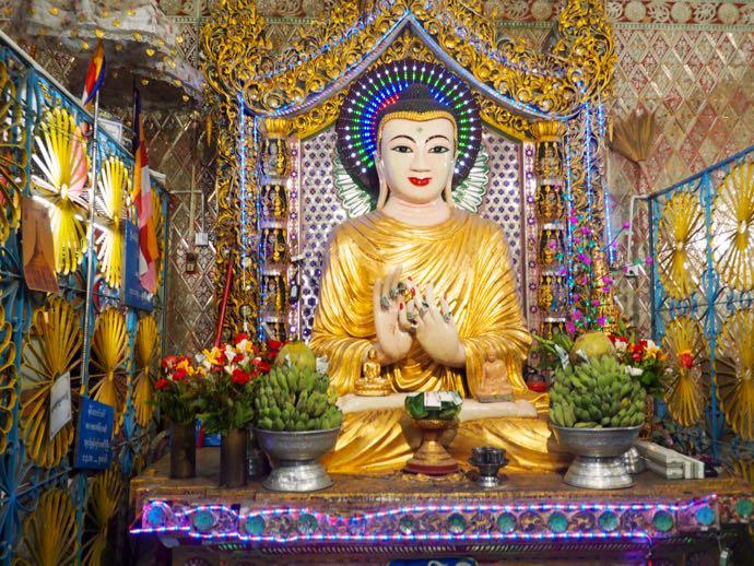 電飾で祀られたミャンマーの仏様